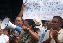 maestros protestan frente al Ministerio de Educación