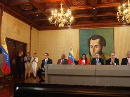 dirigentes políticos en mesa de diálogo