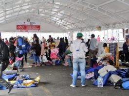 migrantes venezolanos sin visa esperan en la frontera de Colombia y Ecuador