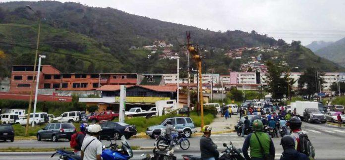 Siguen las colas para poder surtir de gasolina en Mérida
