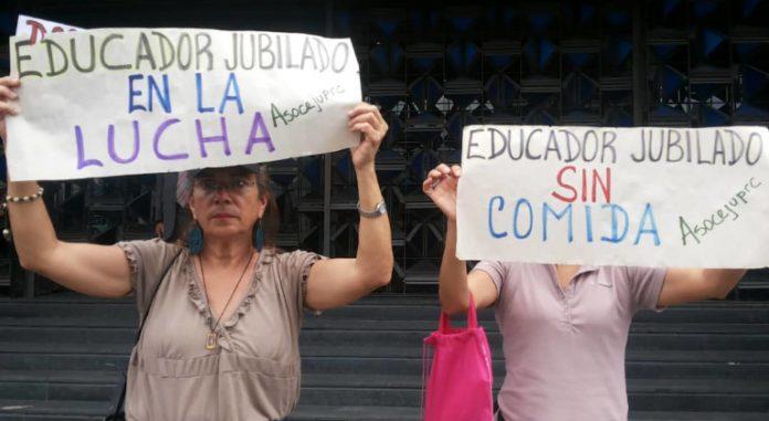 Maestros protestan frente al Ministerio de Educación en Caracas