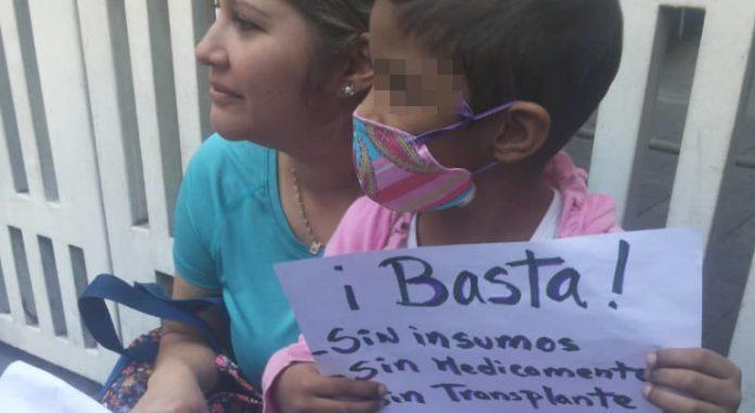 Madre protesta frente al J.M. de los Ríos