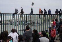 Inmigrantes intentan cruzar el muro fronterizo hacia Estados Unidos