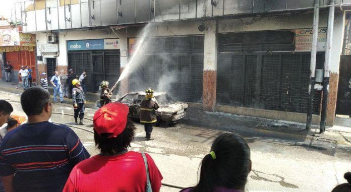 Bomberos combaten el incendio
