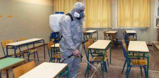 Un trabajador sanitario desinfecta un salón de clases | Foto: EFE