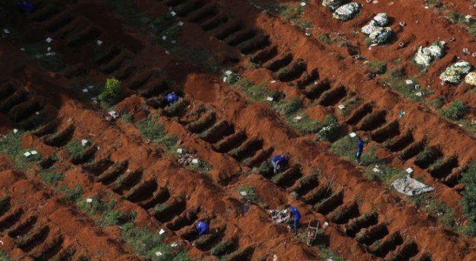 Sepultureros cavan nuevas fosas en el cementerio Vila Formosa, en Sao Paulo. | Foto: Reuters