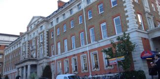 El pequeño de 13 años ingresó el viernes con síntomas de la enfermedad, explicó el King's College Hospital