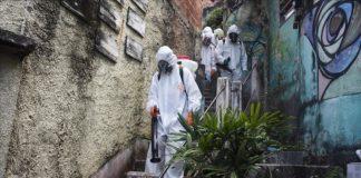 Un grupo de trabajadores de la salud desinfectan una favela en Brasil