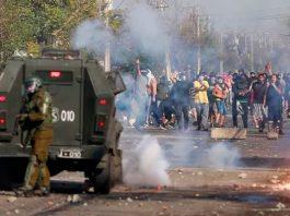Manifestantes se enfrentaron a la policía para protestar por la falta de trabajo y de comida   Foto: Pablo Rojas, AFP