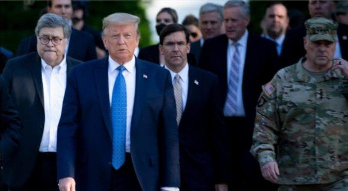 Donald Trump, Mark Esper y el General Mark Miley caminan a una iglesia cercana a la Casa Blanca