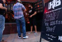 El estado de Texas volvió a cerrar los bares e hizo obligatorio el uso de mascarilla | Foto: Reuters